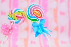 Леденцы на палочке свирли радуги Стоковое фото RF