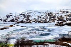 Ледистое озеро и снежная гора, Норвегия Стоковое Изображение