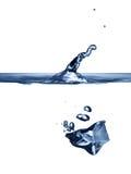 Лед-куб упаден в воду Стоковое Изображение