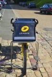 ЛЕ-МАН, ФРАНЦИЯ - 31-ОЕ АВГУСТА 2017: Желтый велосипед столба Ла почтового отделения французского города Стоковые Фото