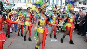 ЛЕ-МАН, ФРАНЦИЯ - 22-ОЕ АПРЕЛЯ 2017: Джаз Evropa Европы фестиваля карибские женщины танцуя в костюмах внутри к центру города сток-видео