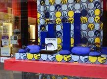 ЛЕ-МАН - ФРАНЦИЯ, 27-ОЕ ИЮЛЯ 2017: Внешняя витрина магазина с солнечными очками от различных брендов Стоковая Фотография RF