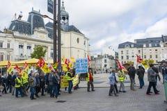 ЛЕ-МАН, ФРАНЦИЯ - 19-ОЕ ОКТЯБРЯ 2017: Люди демонстрируют во время забастовки против новых законов Стоковые Фото