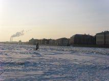 Лед на реке Neva Взгляд собора Андрюа апостола Россия стоковые фото