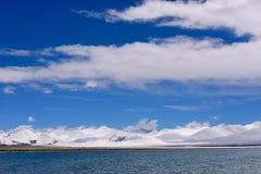 Ледники озера девственниц XIZANG с отражением воды Стоковые Фотографии RF
