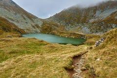 Ледниковое озеро в горах стоковые изображения rf