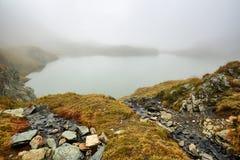Ледниковое озеро в горах стоковое изображение