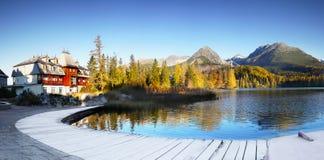 Ледниковое озеро горы, ландшафт восхода солнца, панорама Стоковые Изображения