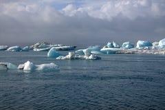 Ледниковое озеро и icefloat Jokulsarlon на реке Стоковое Фото