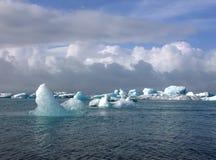 Ледниковое озеро и icefloat Jokulsarlon на реке Стоковые Изображения