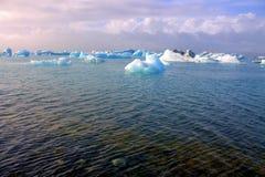 Ледниковое озеро Jokulsarlon на Исландии Стоковые Изображения RF