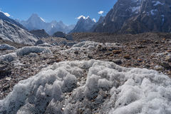 Ледник Baltoro с предпосылкой горы массива Gasherbrum, K2 t Стоковое Фото