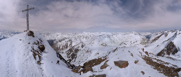 Ледник Similaun с крестом саммита в зиме в Австрии Стоковые Изображения RF