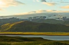 Ледник Vatnajokull и черный пляж взгляд от Dyrholaey трясет Стоковое Изображение RF