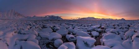 Ледовитая ПАНОРАМА - золотой час - 3 минуты перед восходом солнца Стоковое фото RF