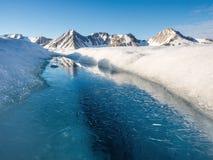 Ледовитое ледниковое озеро - Свальбард, Шпицберген Стоковые Изображения RF