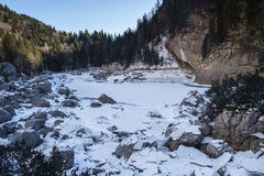 Лед ломая на черном озере Стоковые Изображения