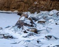 Лед ломая на черном озере Стоковая Фотография RF