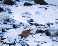 Лед ломая на черном озере Стоковые Фото