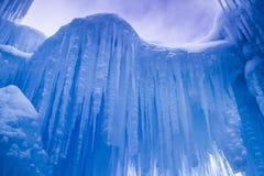 Лед рокирует сосульки и образования льда Стоковые Изображения RF