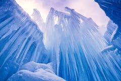 Лед рокирует сосульки и образования льда Стоковое Изображение