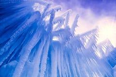 Лед рокирует сосульки и образования льда Стоковые Изображения
