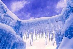 Лед рокирует сосульки и образования льда Стоковые Фотографии RF