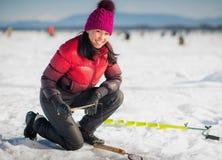 Лед-рыбная ловля женщины в зиме Стоковая Фотография RF