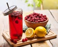 Лед - стекло опарника холодного напитка с коктеилем поленики и лимона Стоковая Фотография