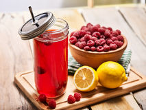 Лед - стекло холодного напитка с коктеилем поленики и лимона Стоковое Изображение RF