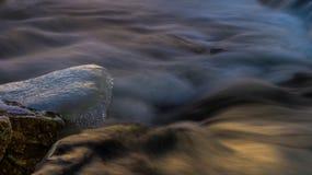 Лед таяет в грубом реке стоковое фото rf