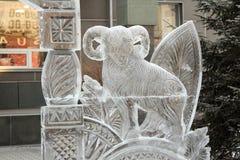 Ледяная скульптура козы перед входным сигналом в банке Khakass муниципальном Город Абакана Стоковое Фото