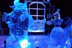 Ледяная скульптура Disney& x27; красота s и шарж зверя Стоковое фото RF