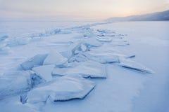Ледяные поля бирюзы замороженная зима воды захода солнца ландшафта травы Стоковые Фото