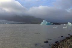 Ледяные поля на лагуне ледника Fjallsarlon озера Стоковое Фото