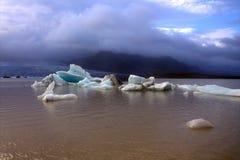 Ледяные поля на лагуне ледника Fjallsarlon озера Стоковая Фотография