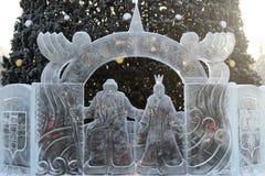 Ледяные скульптуры будут отцом Frost и девушек снега перед деревом Нового Года в парке Стоковое фото RF
