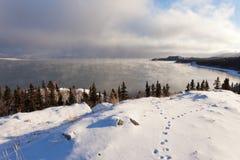 Лед Laberge Юкона озера fogs перед замерзать сверх стоковые изображения