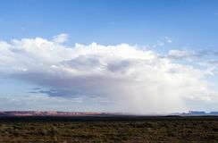 ливень на долине памятника с - взглядом от США Hwy 163, долина памятника, Юта Стоковое фото RF