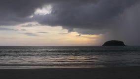 Ливень над тропическим островом Timelapse видеоматериал