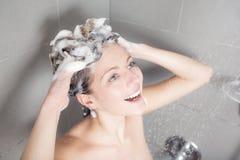 ливень шампуня красивейших волос брюнет женских длинний модельный multiracial поливая брызгающ женщину воды запитка Стоковое Фото