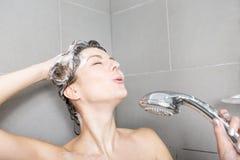 ливень шампуня красивейших волос брюнет женских длинний модельный multiracial поливая брызгающ женщину воды запитка Стоковые Изображения