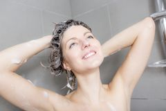 ливень шампуня красивейших волос брюнет женских длинний модельный multiracial поливая брызгающ женщину воды запитка Стоковое фото RF