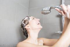 ливень шампуня красивейших волос брюнет женских длинний модельный multiracial поливая брызгающ женщину воды запитка Стоковое Изображение RF