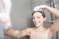 ливень шампуня красивейших волос брюнет женских длинний модельный multiracial поливая брызгающ женщину воды запитка Стоковые Изображения RF