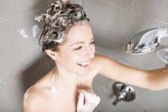 ливень шампуня красивейших волос брюнет женских длинний модельный multiracial поливая брызгающ женщину воды запитка Стоковая Фотография RF