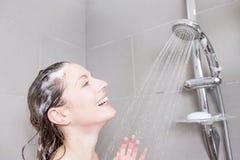 ливень шампуня красивейших волос брюнет женских длинний модельный multiracial поливая брызгающ женщину воды запитка Стоковые Фото