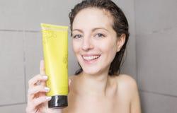 ливень шампуня красивейших волос брюнет женских длинний модельный multiracial поливая брызгающ женщину воды запитка Стоковая Фотография