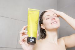 ливень шампуня красивейших волос брюнет женских длинний модельный multiracial поливая брызгающ женщину воды запитка Стоковые Фотографии RF