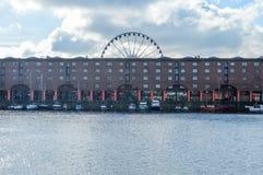 Ливерпуль, Великобритания - 3-ье апреля 2015 - взгляд дока Альберта с шлюпками и глазом отголоска Ливерпуля стоковое фото rf